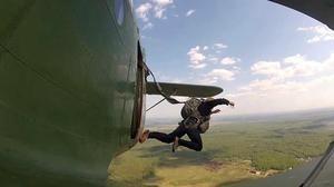 Ce înseamnă un salt dintr-un avion cu parașuta?
