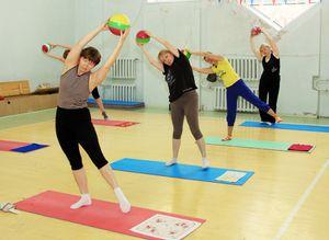 Exercițiile terapeutice vă permit să întăriți mușchii care țineți coloana vertebrală în poziția corectă.