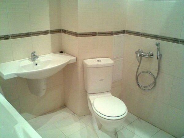 Duș igienic pe partea laterală a toaletei
