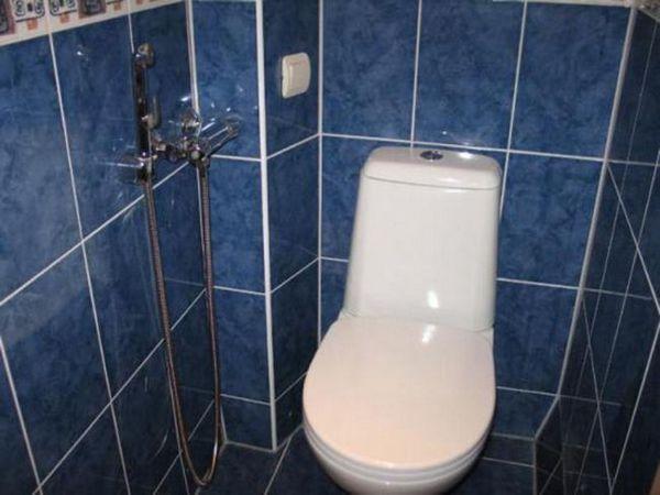 Mini robinet în toaletă