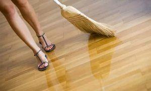 Curățați în coridor cu o mătură