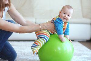 Masați copilul pe minge