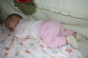 În ce poziție sunt nou-născuții care dorm?
