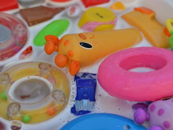 Spălați jucăriile cu săpun