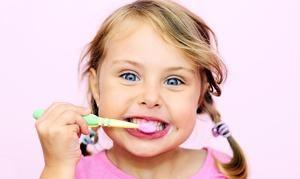 Cum copilul își perie dinții