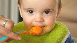 Cum să înveți un copil să mestece alimente solide