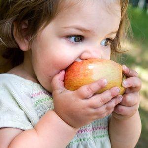 Cum să dai copiilor alimente solide