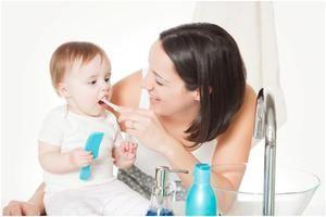 Cum să ajuți un copil să își perie dinții