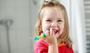 Dinții care curăță copilul