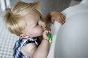 Când trebuie să îi înveți pe copii să-și spele dinții