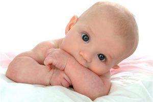 Nou-născutul mută ochii