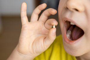 Copilul deține un dinte proaspăt căzut