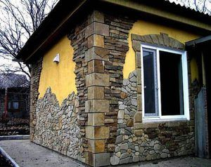 Cu fața spre casă cu piatră naturală