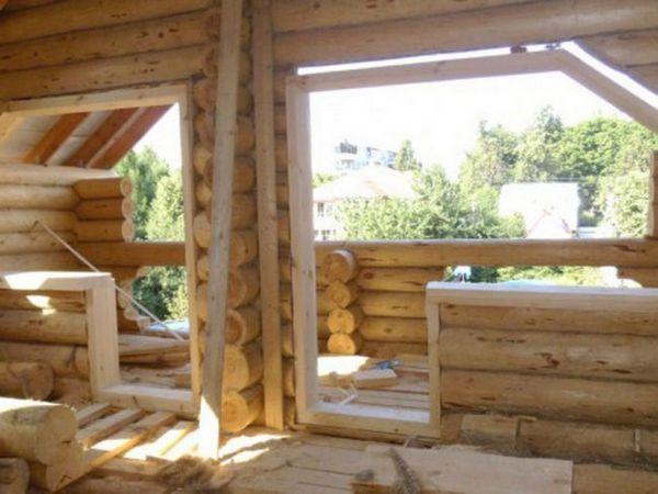 Lucrări de instalare într-o casă din lemn