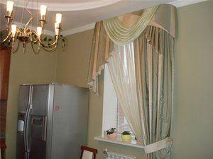 Fereastra de bucătărie este decorată cu perdele