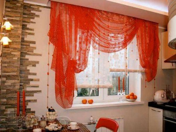 Perdele în bucătărie sub culoarea mobilierului
