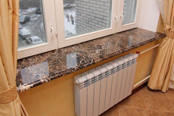 Piatră de fereastră din piatră în apartament
