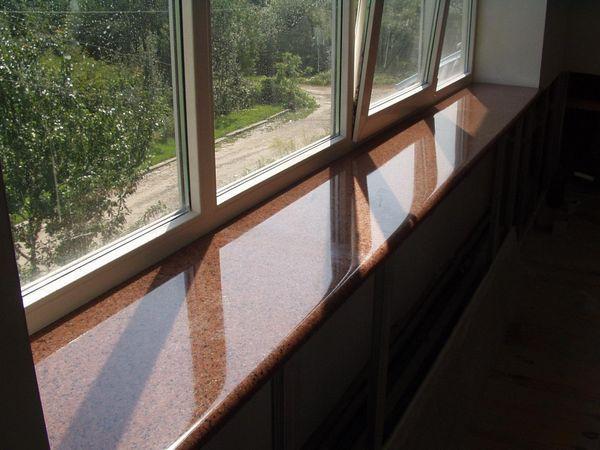 Prag de fereastră din piatră întins