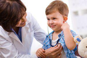 La doctorul de la recepție cu copilul