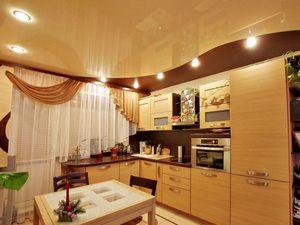 Secretele și fotografiile de tavane întinse pe două niveluri în bucătărie
